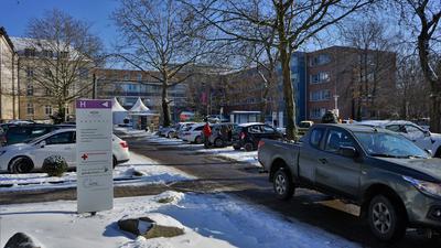 Ein verschneiter Parkplatz.