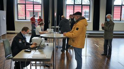 In der Reithalle in Rastatt werden die Personalien der Testwilligen erfasst.