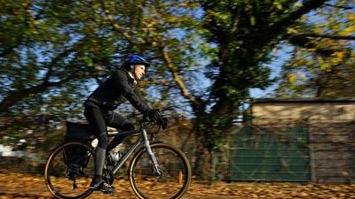 Ein Radfahrer im Herbst