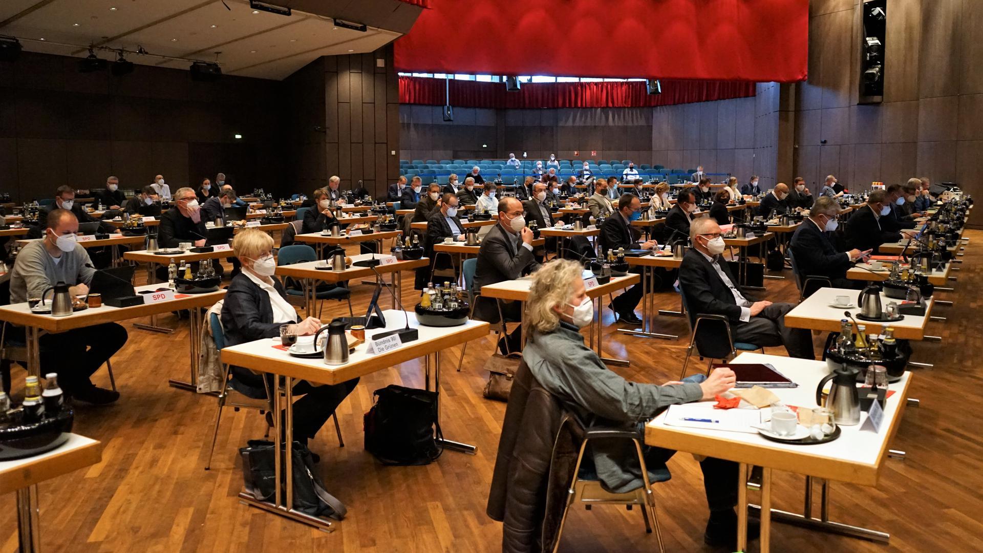 Eine Sitzung in einer großen Halle.
