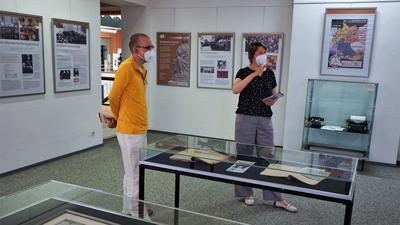 Elisabeth Thalhofer und Andrej Bartuschka erläutern die Ausstellung.