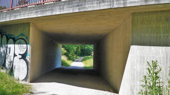 Durchlass auf dem Waldweg: Kurz vor Rastatt wird der Zubringer zur Autobahnanschlussstelle Rastatt Süd unterführt.