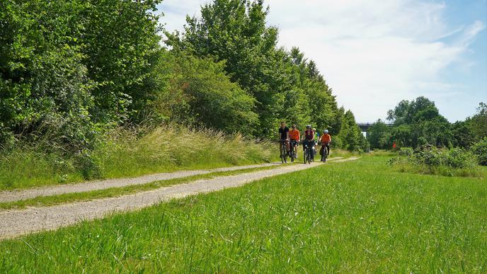 Entlang der B3neu führt eine Schotterpiste, die relativ leicht zu einem Radschnellweg ertüchtigt werden könnte.