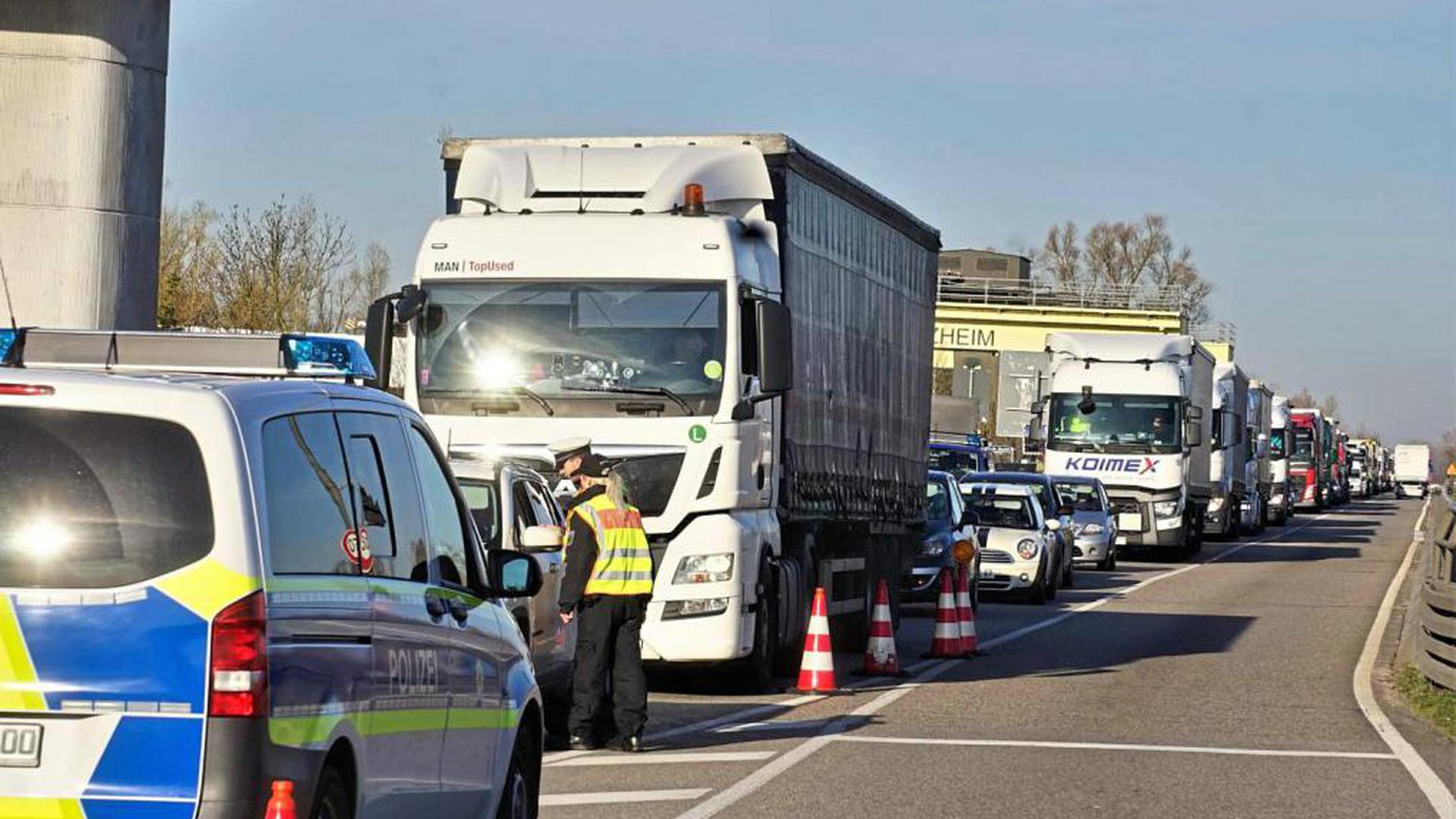Eine schier endlos lange Schlange: Seitdem die Bundespolizei an der Grenze kontrolliert, müssen sich die Verkehrsteilnehmer an der Staustufe Iffezheim in Geduld üben.
