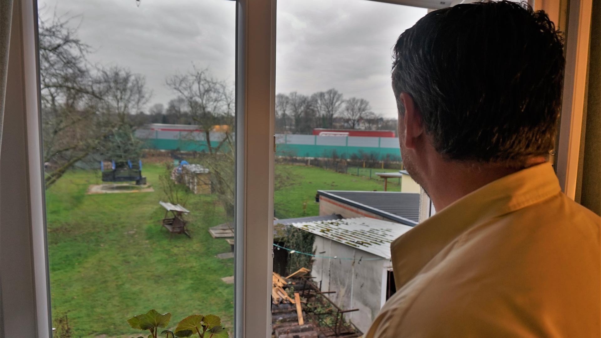 Ein Mann an einem Fenster.
