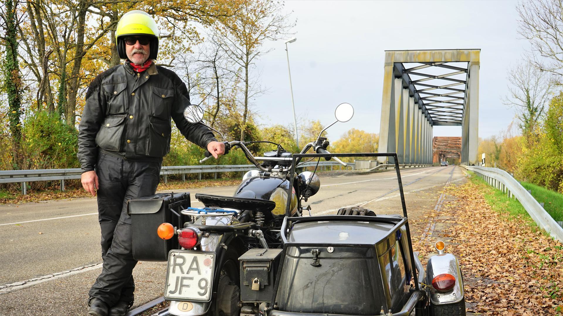 Mann Motorrad Wintersdorfer Brücke (Rastatt)