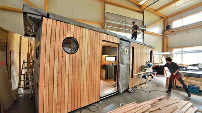 Handarbeit: Gemeinsam mit Zimmermann Felix Traub (oben) baut Kay Stülpnagel in seiner Tiny Houses Manufacture in Steinmauern Häuschen auf 16 bis 20 Quadratmetern. Ökologische Aspekte berücksichtigt er ebenso wie Platzspar-Gründe, etwa beim Möbelbau.