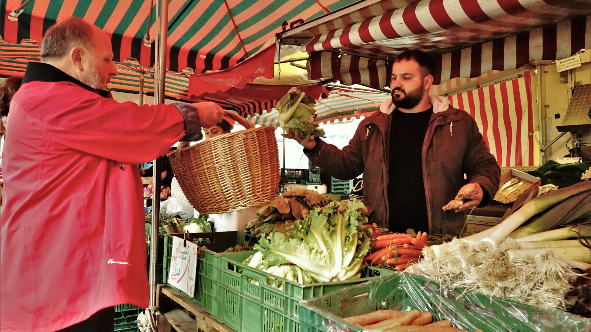 Noch rechtzeitig kauft ein Kunde frisches Gemüse von einem Hof aus Erden. Andere musste Verkäufer Thomas aber auch schon wegschicken, wenn bereits der Abbau ansteht. Eine Verlängerung der Öffnungszeiten wird auch unter den Beschickern heiß diskutiert.