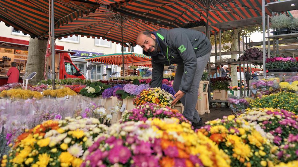 Alleine am Stand ist unter der Woche Beraat Celik von Petite Fleur. Der Arbeitsalltag halte viele davon ab, Blumen auf dem Wochenmarkt in Rastatt zu kaufen.