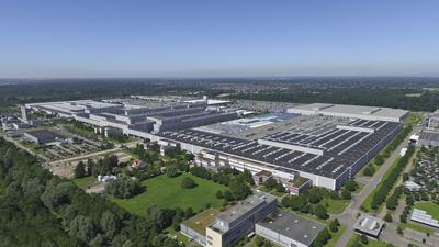 Eine Luftaufnahme einer großen Fabrik.