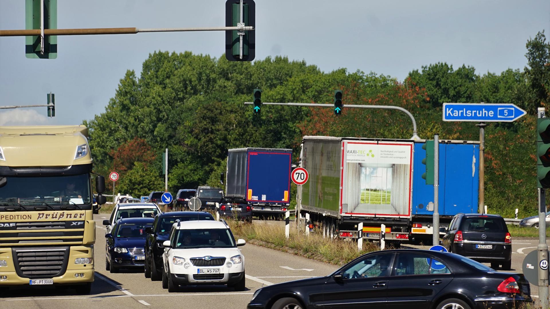 Eine große Kreuzung mit vielen Pkw und Lastwagen.