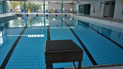 Ein leeres Schwimmbecken
