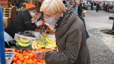 Corona-Regeln: Neben den Quarantäne-Kontrollen kümmert sich die Stadtpolizei auch darum, dass die Rastatter die Maskenpflicht einhalten, so wie hier auf dem Wochenmarkt.