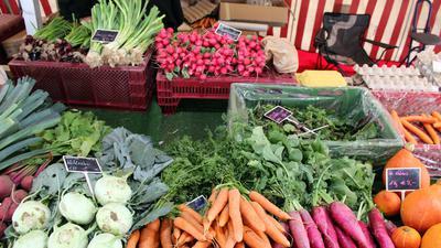 Gesunde Vielfalt an einem Rastatter Marktstand: Auch AOK-Ernährungsberaterin Beate Benning-Gross rät zu frischen, selbstzubereiteten Mahlzeiten mit viel buntem Gemüse.