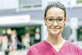 Krankenschwester Sandra Boh vor dem Rastatter Klinikum