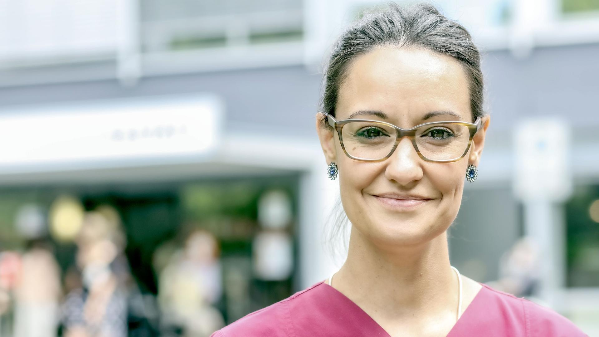 Bild Krankenschwester Sandra Boh vor dem Rastatter Krankenhaus