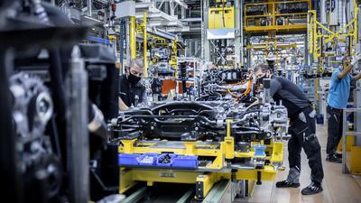 Mercedes-Benz Werk Rastatt: Produktion des ersten Kompakt-SUV EQA gestartet – 2021 auch im Werk Peking (China). Komplettierung des Rahmens mit der Hinterachse (Vormontage).