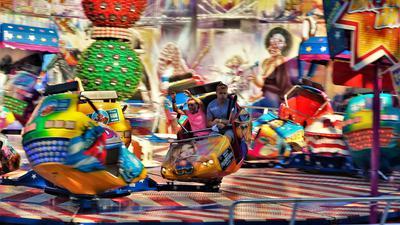 Das Bild zeigt ein Fahrgeschäft des Pop-Up-Festivals