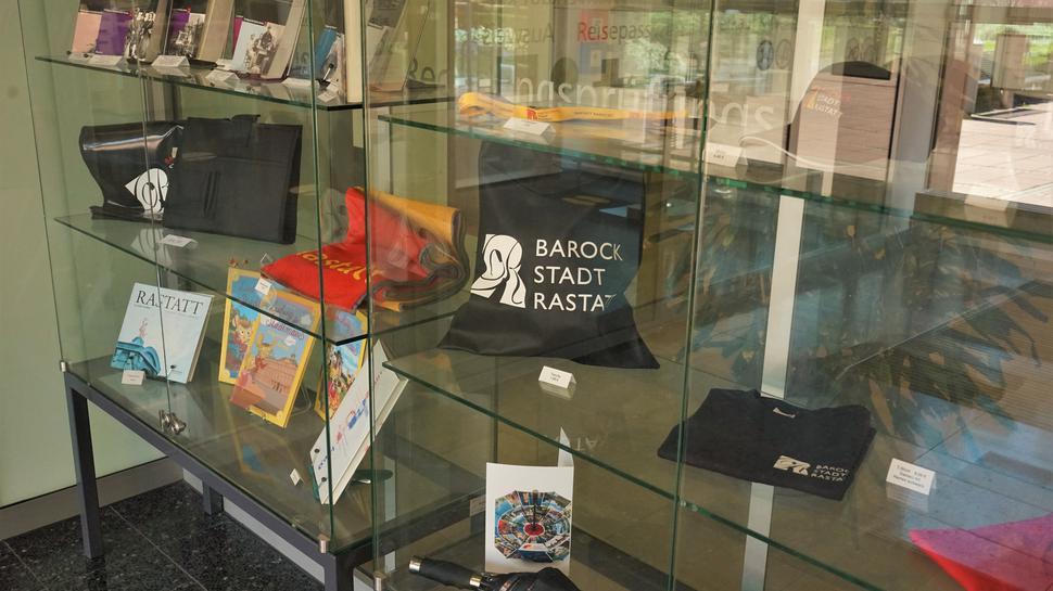 Bücher, Schirm, Taschen, Glas