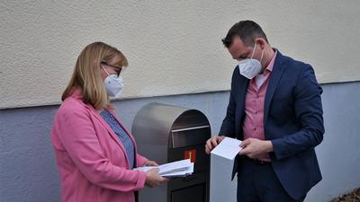 Wahlausschussleiter Christian Dittmar öffnet den Briefkasten des Rathauses.