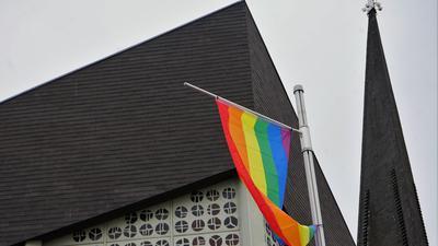 Regenbogenflagge vor St. Laurentius, Niederbühl #LoveIsNoSin