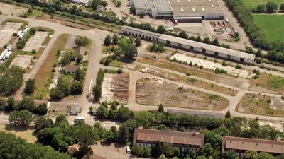 Eine Luftaufnahme von einem Brachgelände.