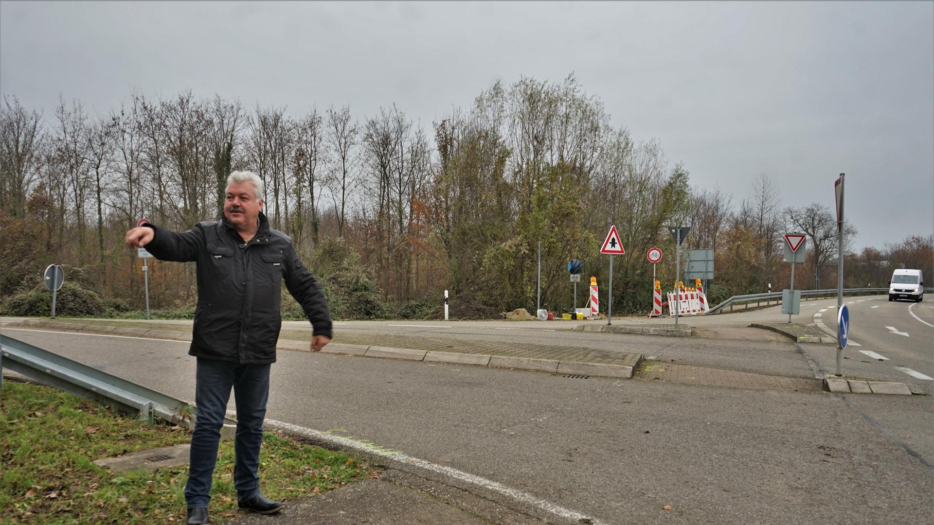 Ein Mann an einer Kreuzung.