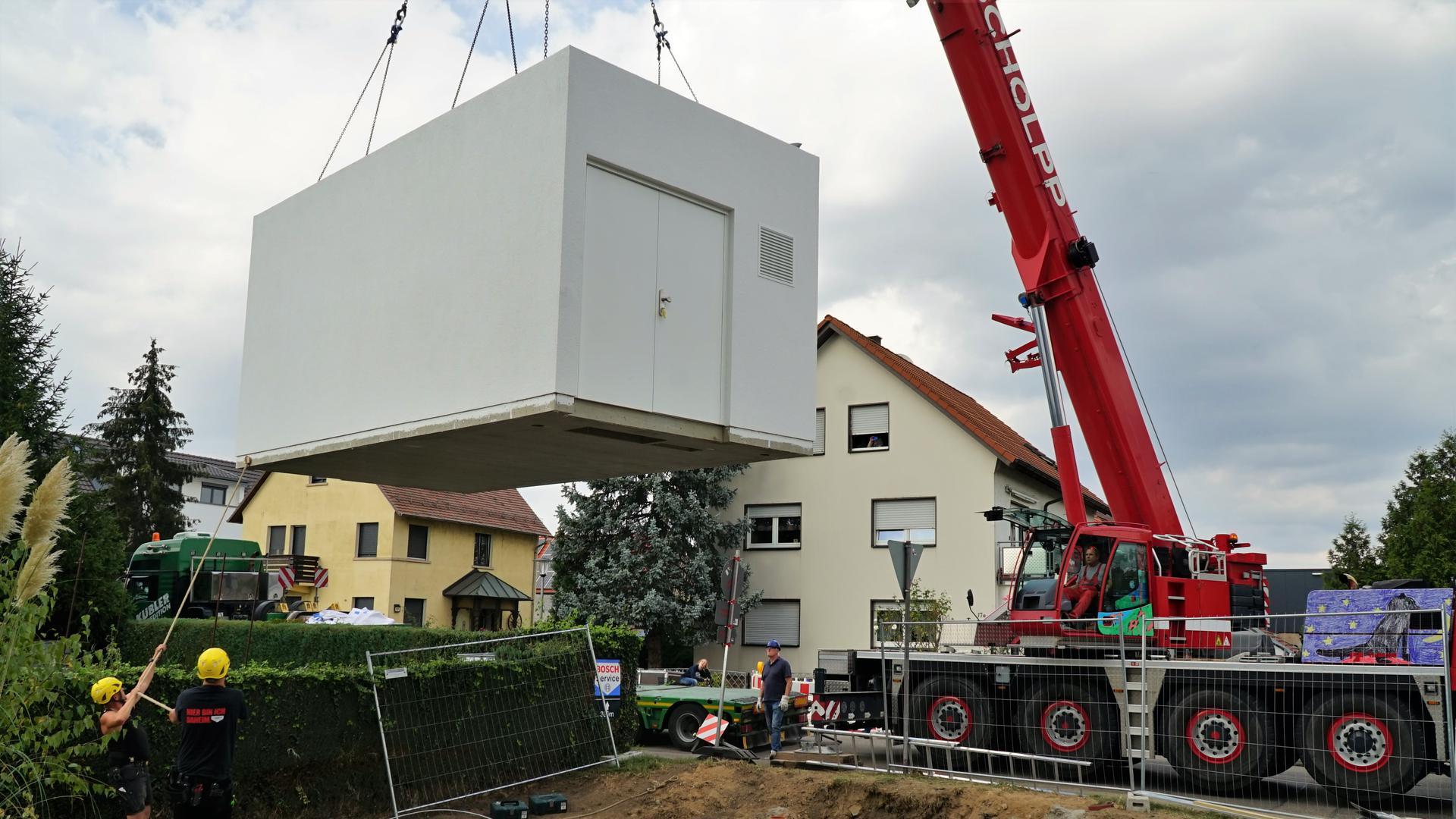 Ein Container an einem Kran.