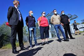 Vertreter von Betriebsrat und IG Metall stehen vor dem Daimler-Werk in Rastatt.