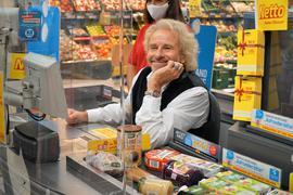 Sichtlich zufrieden und scheinbar völlig entspannt: An der Supermarktkasse saß am Donnerstag als prominente Hilfskraft  Deutschlands Kult-Entertainer Thomas Gottschalk - und hatte alle Hände voll zu tun.