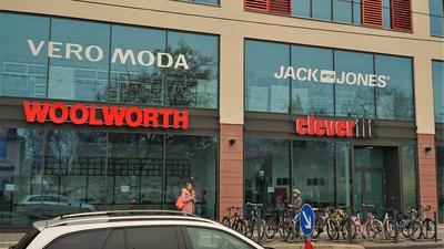 """Nur noch kurz da: Die Filialen von """"Vero Moda"""" und """"Jack&Jones"""" in der Schlossgalerie schließen zum Jahresende. Facebook-Nutzer haben schon Ideen, für neue Läden."""