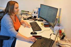 Frau am Schreibtisch arbeitend