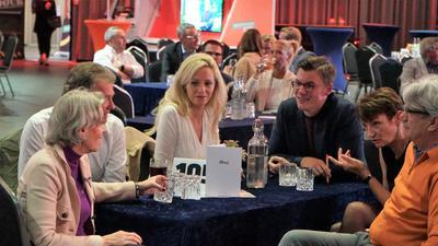 Eine Gruppe Menschen an einem Tisch