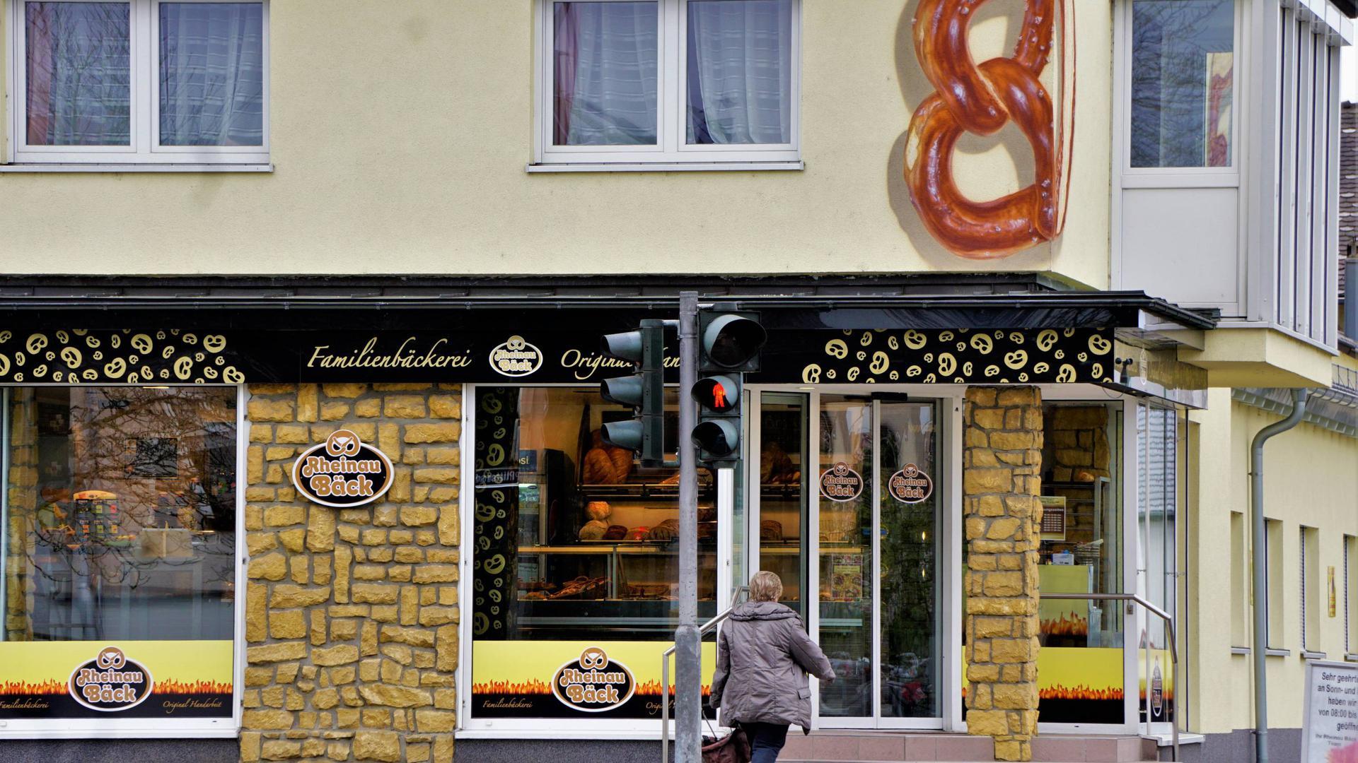 """Die Brezel geht, der rote Stern kommt: Aus Altersgründen übergibt der """"Rheinau-Bäck"""" Bernhard Weyand sein Unternehmen an die Karlsruher Bäckereikette Hatz."""