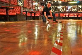 Inhaber Ralf Müller unterteilt seine Tanzfläche in kleine Quadrate.