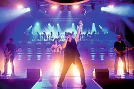 """Wechselspannung und Gleichspannung – AC UND DC: Am Samstag, 5. Januar, kommen die Jungs von """"We salute you"""" ab 20.30 Uhr in die Badner Halle und versprechen den unvergesslichen AC/DC-Sound von damals."""