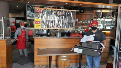 Pizzabote mit Kartons voller Pizza bei Tonis Pizza Express in Rastatt.