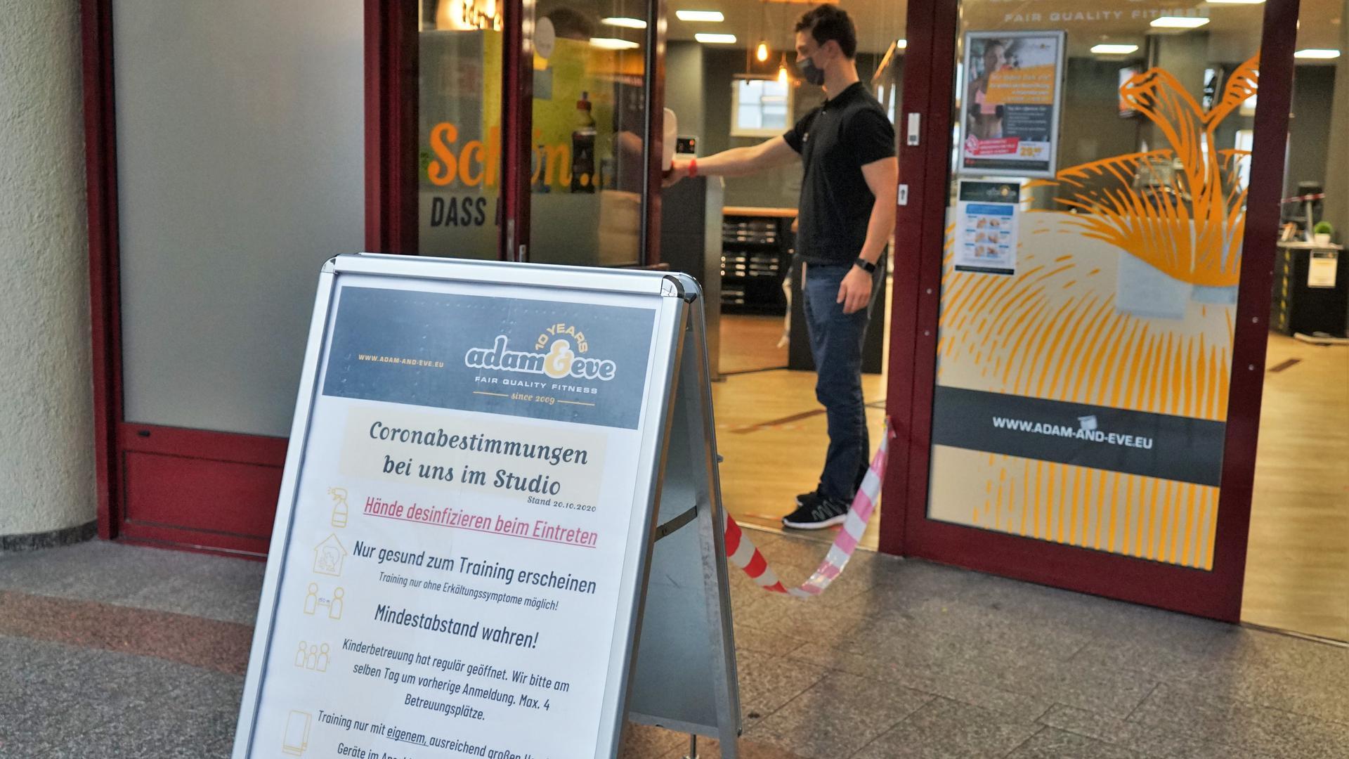 """Überflüssige Hygieneregeln: Lukas Setzler vom Fitnessstudio """"Adam  & Eve"""" muss seinen Laden am Montag trotz Abstands- und Hygieneregeln für vier Wochen schließen."""