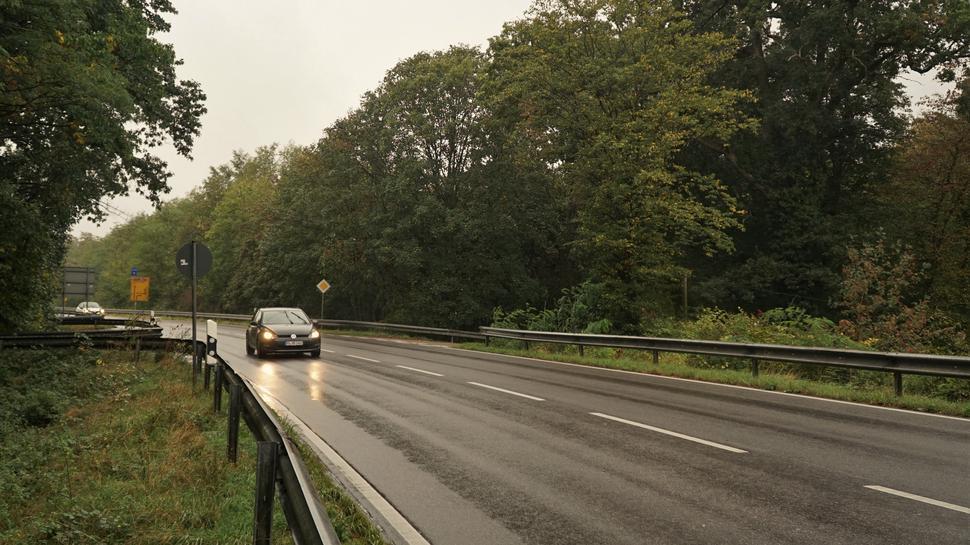 Eine Straße im Regen.