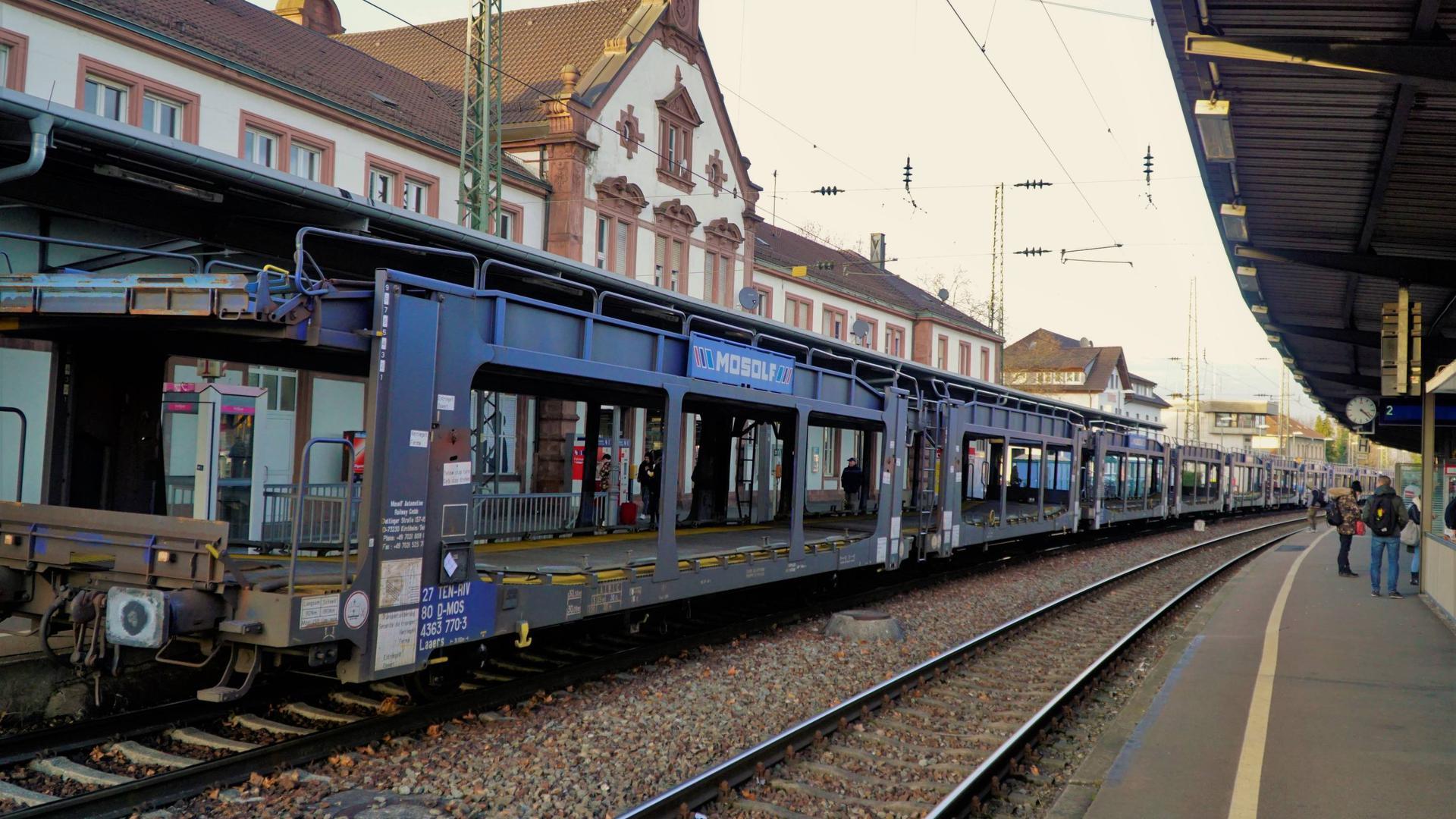 Hausbahnsteig als Abstellgleis: Güterwagen zum Transport von Autos warten am einzig barrierefrei zugänglichen Bahnsteig des Rastatter Bahnhofs darauf, von einer Lok zum Daimler-Werk abgeholt zu werden. Oftmals stehen die Wagen über Sonn- und Feiertage hinweg.