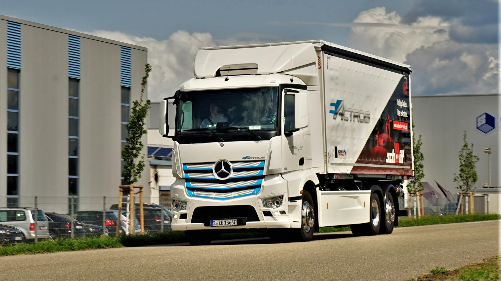 Pendelt zwischen Ötigheim und Rastatt: Der batteriebetriebene Lastwagen eActros von Daimler hat kein Getriebe wie Verbrenner. Deswegen entfällt für die Fahrer das Rucken beim Gangwechsel. Außerdem beschleunigt der Stromer schneller als ein herkömmlicher Lastwagen.