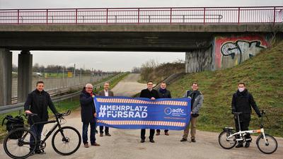 Menschen stehen vor einer Brücke in Durmersheim.