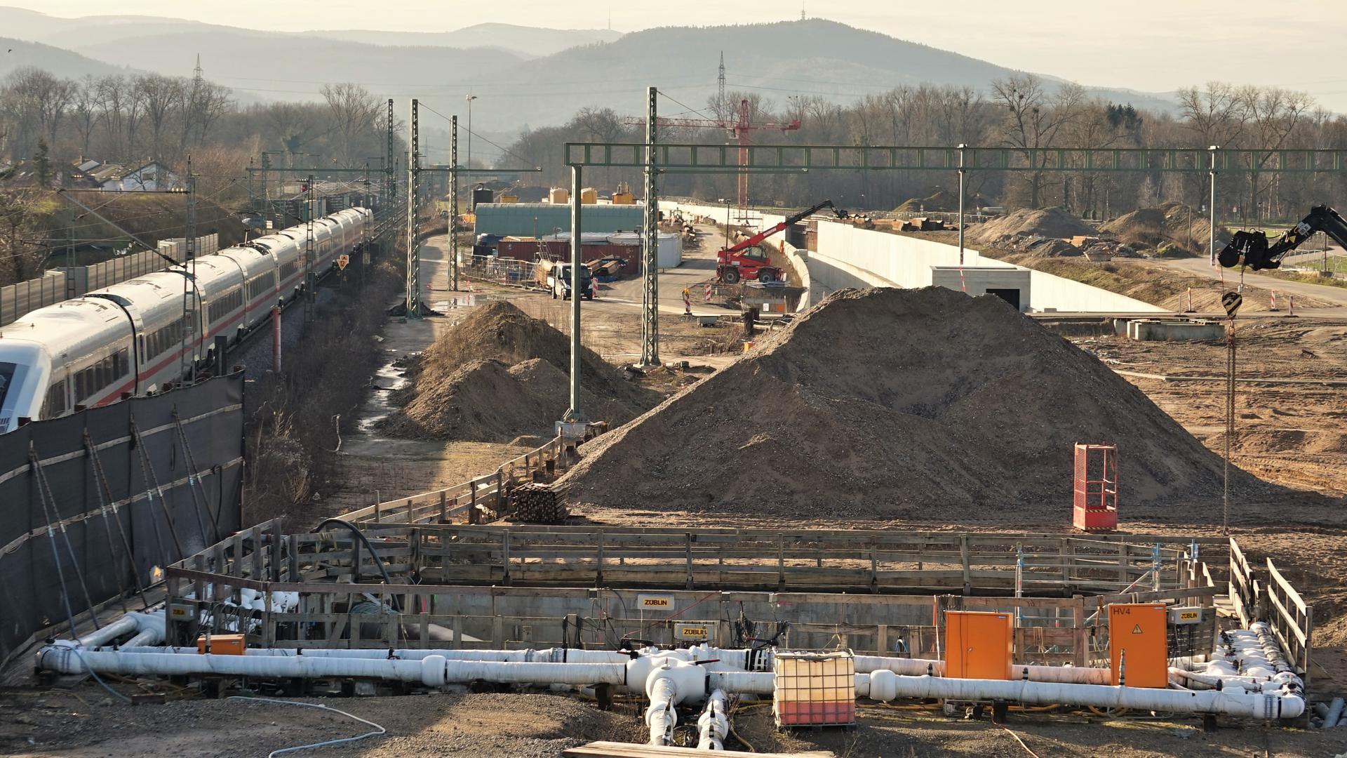 Eine Bahnstrecke mit Baustelle.