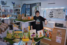 Claudia Neudörfer steht in ihrer Buchhandlung.