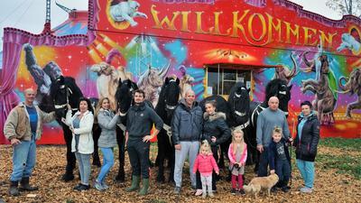 Zirkusfamilie Bely vor der Kasse ihres Zirkuszelts