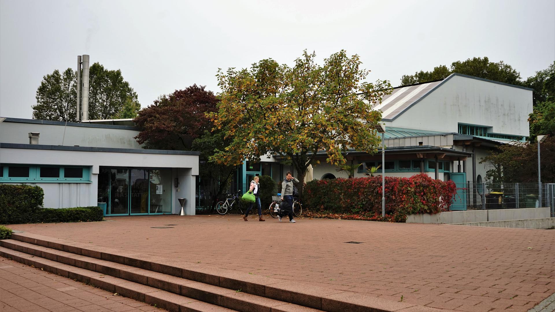 Später auf, früher zu: Das Rastatter Hallenbad Alohra könnte künftig bis zu 15 Stunden weniger für Besucher geöffnet haben. Damit reagiert der Technische Ausschuss auf den Arbeitsmarkt.