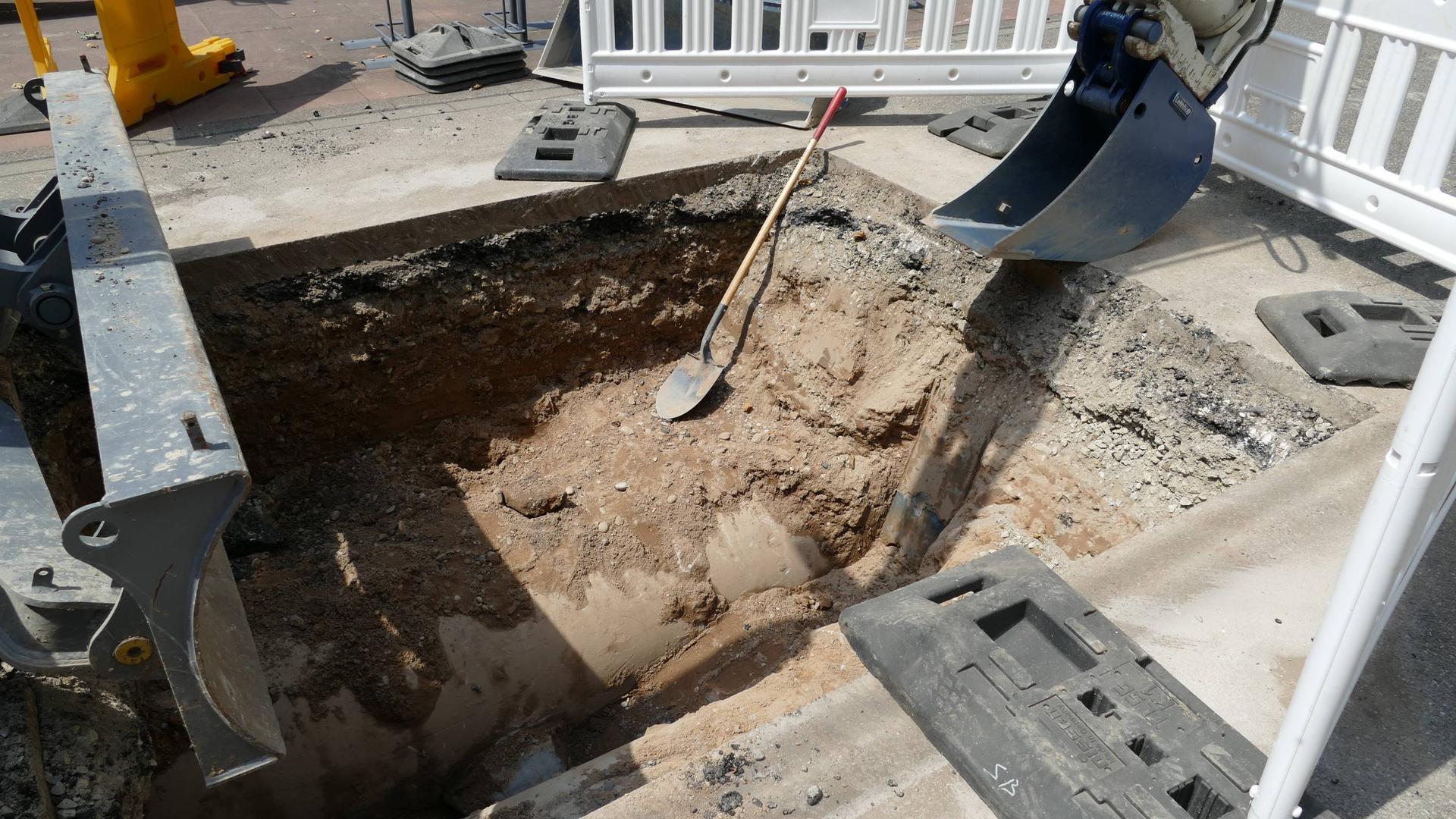 Ein tiefes Loch legt derzeit den Verkehr auf der Kaiserstraße lahm. Nach Angaben der Stadtverwaltung sollen Ratten ein Betonrohr zerfressen und so für den Schaden gesorgt haben.
