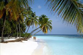 """ARCHIV - Ein Paar bei einem Spaziergang an einem einsamen Palmenstrand auf der Malediven-Insel Little Bandos, aufgenommen 2007. Mehr Hitzewellen, steigender Meeresspiegel, extreme Niederschläge: Der Klimawandel setzt sich unaufhaltsam fort. Der Weltklimarat warnt im neuen Bericht vor den Folgen der globalen Erderwärmung. Foto:Friedel Gierth dpa (zu dpa """"UN-Bericht: Klimawandel schreitet ungebremst voran"""" vom 27.09.2013) +++ dpa-Bildfunk +++"""