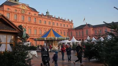 Stimmungsvolles Treiben mit Abstand: Wie genau der Weihnachtsmarkt  in diesem Jahr aussehen wird, ist noch offen. Fest steht nur, er findet im Ehrenhof des Schlosses statt.