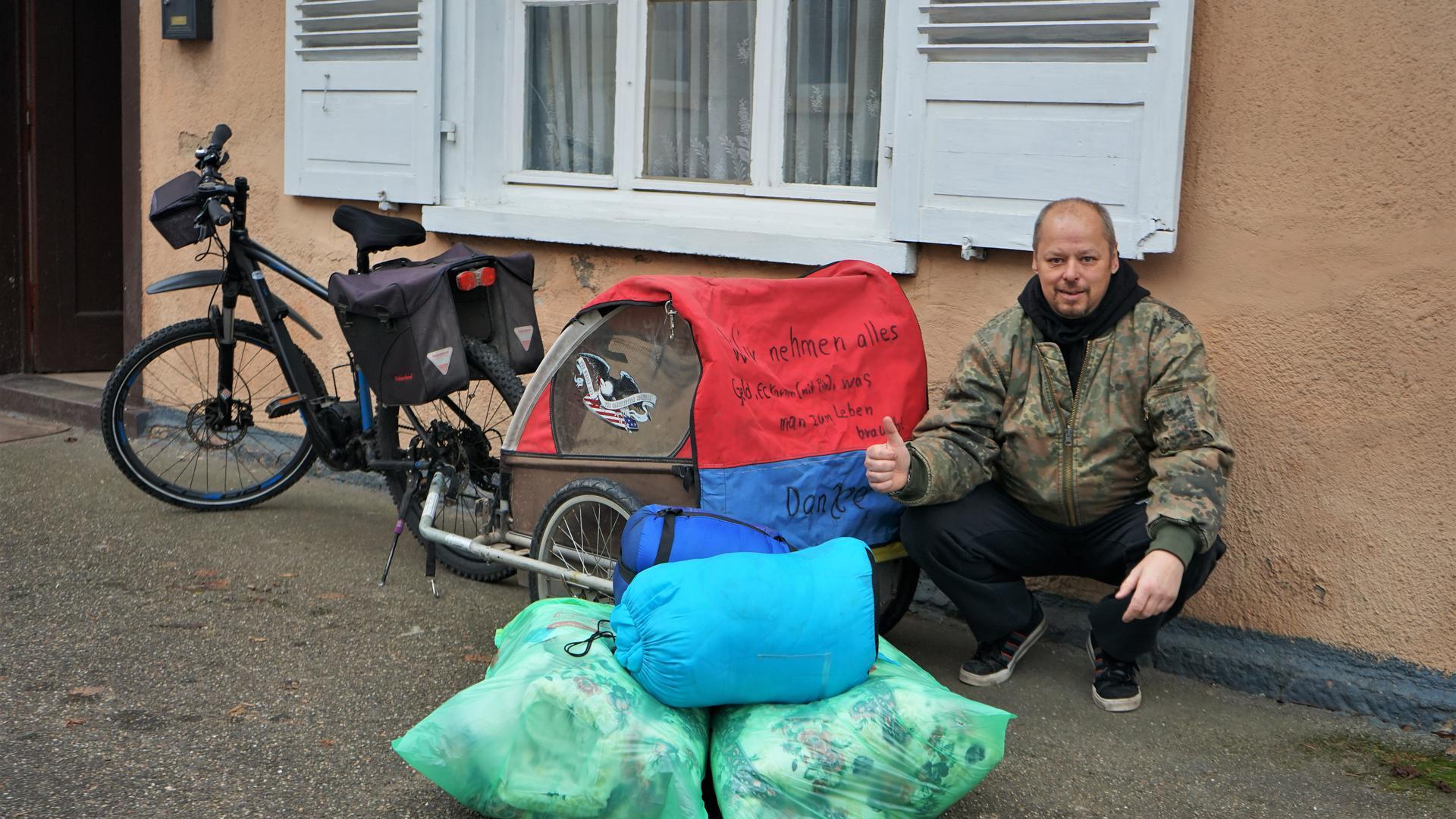 Reichhaltiges Gepäck:  Maik Sattelberg bringt mit seinem E-Bike  nicht nur warme Winterkleidung  zu Obdachlosen